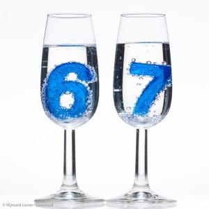 Champagneglazen met het getal 67 erin
