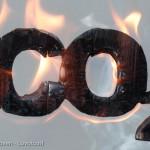 Kooldioxide symbool CO2 van branden hout en gloeiend kool