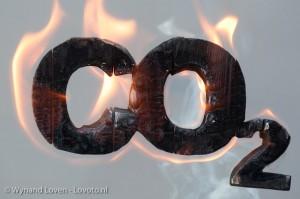 Foto van de letters CO2 die branden, smeulen en roken