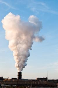 Pluim van waterdamp op fabriek bevat nauwelijks CO2