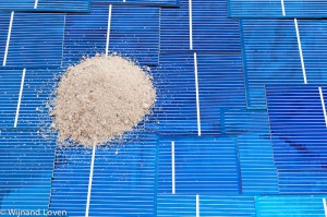 Zand is de grondstof voor silicium, dat is dan weer de grondstof voor zonnepanelen