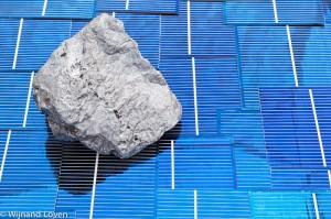 Blok silicium op een ondergrond van zonnecellen