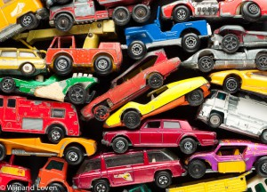 Conceptfoto van stapel speelgoedautootjes