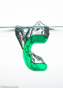 Foto van de letter C die in het water plonst