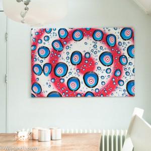 Foto van de canvas in de keuken met psychedelische druppels