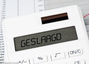 Foto van het woord geslaagd op rekenmachine
