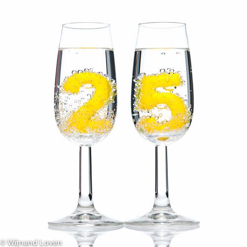 Kaartje met 25 in bubbels in twee champagneglazen