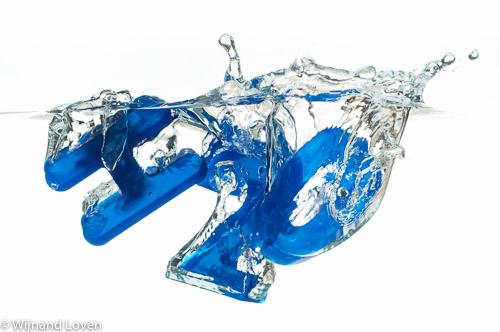 Foto van het watersymbool H2O in water