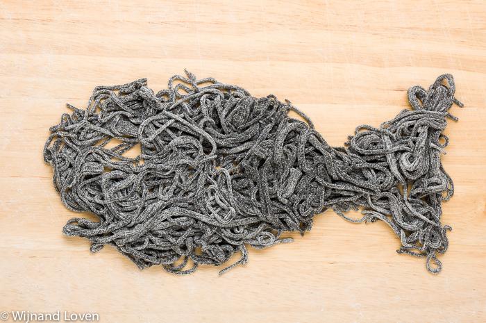 Conceptuele foto van een vis die gemaakt is van zwarte pasta