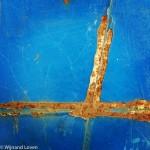 Roestige streep op blauwe staalplaat