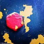 Rode bout in blauwe staalplaat met gele grondlaag
