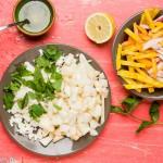Rauwe bietensalade met peer, feta en munt - alles gesneden