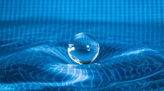 Ruimtetijd conceptfoto met een waterdruppel