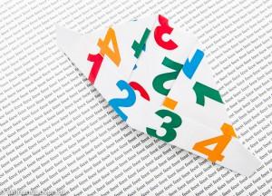 1-2-3-4 hoedje van papier, een conceptfoto op een feestlijk kaartje