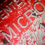 Macro foto van het opschrift onder een speelgoedautootje - gemaakt met een easy-macro lens - fotografie met je iphone of android smartphone