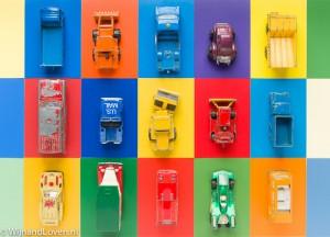 Kleurige foto met oude gebruikte speelgoedautootjes