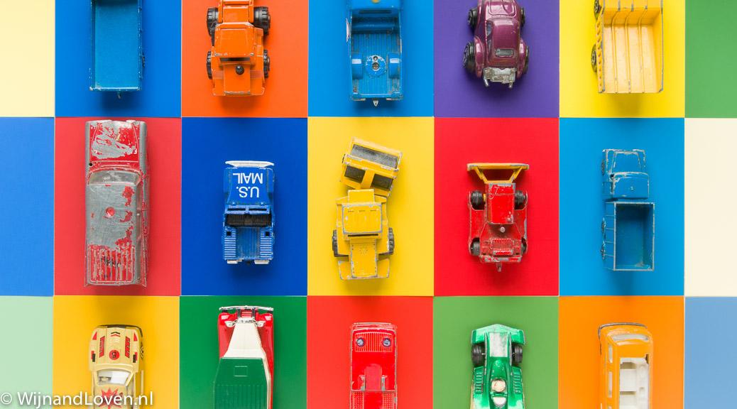 Kleurige foto met oude speelgoedautootjes