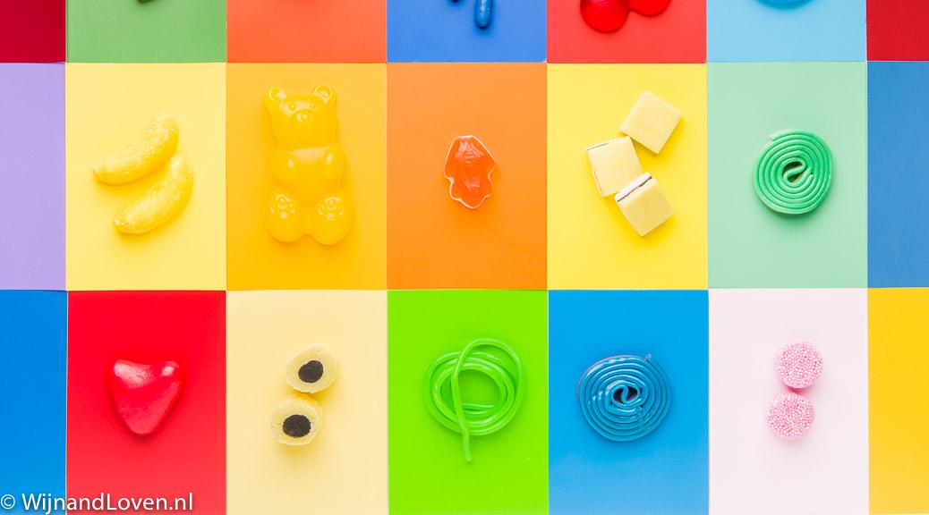 Foto voor een kaartje van veel soorten snoep op veelkleurige ondergrond