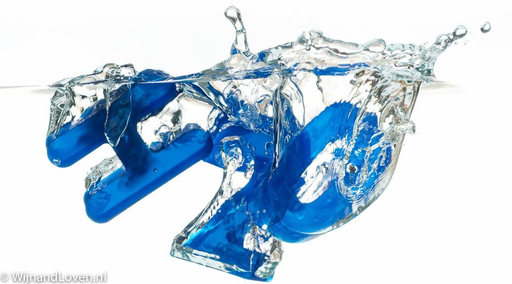 Molecuulformule voor water, H2O, in blauwe karakters die in het water plonzen