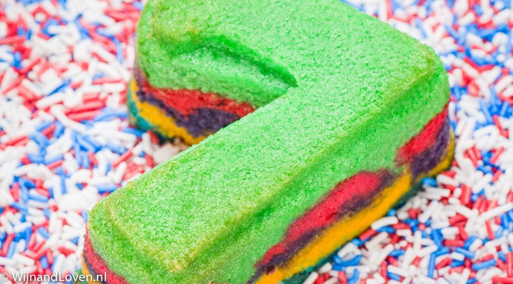 Foto van regenboog cupcake met gekleurde hageltjes