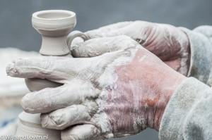Foto van de handen van een pottenbakker in actie.