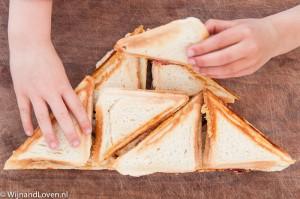 Foto van Een stapel heerlijke tosti's met kinderhanden.