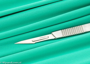Succes met je operatie - foto van een scalpel op een operatiedoek.