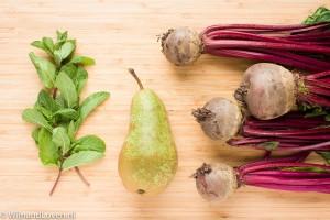 Foto van de ingrediënten voor de verse bietensalade met peer en munt.
