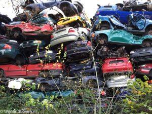 Foto van een stapel echte auto's op een sloperij